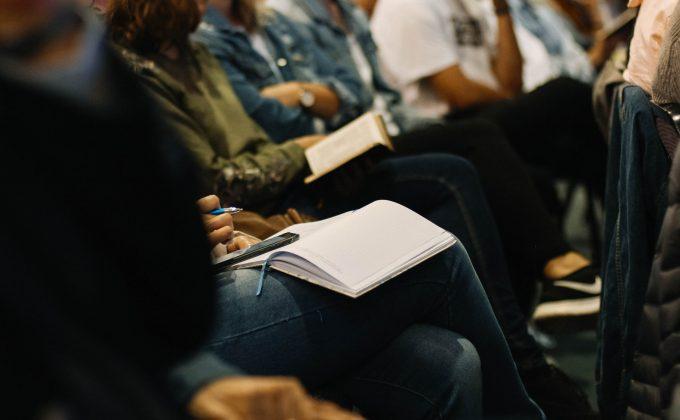 Publikum mit Notizbüchern